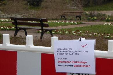 "Leere Wege im Park ""Neue Welt"""