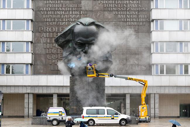 Gegen 9 Uhr begann Tamas Pados von der Firma Heinrich Schmid die blaue Farbe vom Monument zu entfernen.