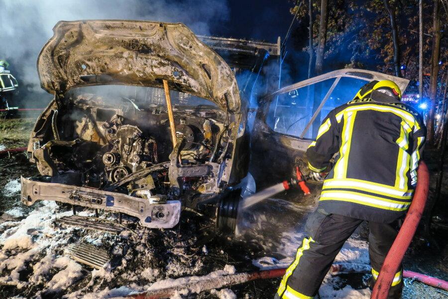 Gestohlener Transporter brennt in Waldstück aus