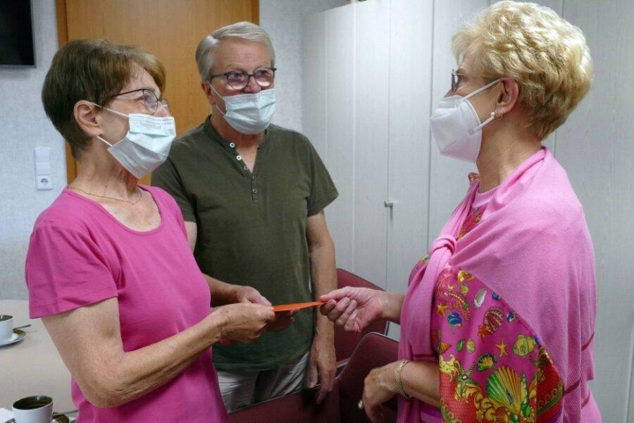 Als Barbara Lauckner-Kempf (rechts) ihnen den Umschlag mit dem gesammelten Spendengeld überreichte, waren Regina und Peter Junghans sichtlich gerührt.