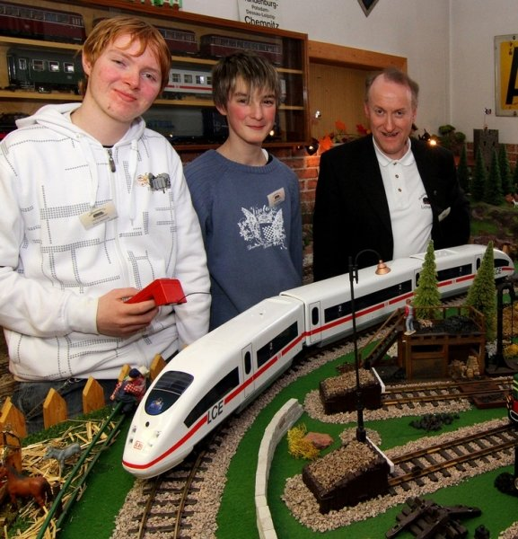 Vereinschef Wolfgang Tautenhahn (rechts) setzt auf den Nachwuchs: Sven Heinrich (links) und Marcel Maaß sind zwei von vier Jugendlichen, die sich bei den Lichtensteiner Modellbahnern engagieren.