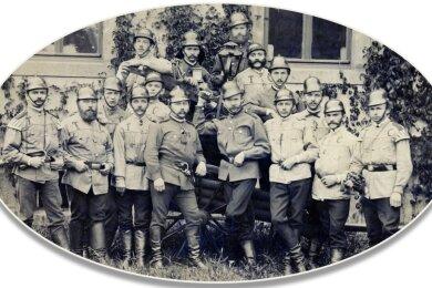 Die älteste Abbildung im Fundus der Rochlitzer Feuerwehr zeigt die Mannschaft der Turnerfeuerwehr mit der ersten zweirädrigen Spritze. Die Aufnahme entstand vermutlich zwischen 1882 und 1884 am Schützenhaus. Die Tuchblusen tragen die Buchstaben TC für Turner-Compagnie. Der damalige Kommandant, Julius Bergt, ist der vierte von links in der ersten Reihe.