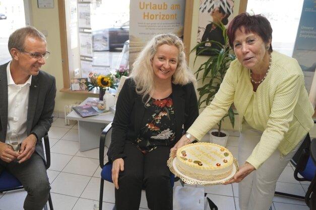 Torsten Spranger und Kathrin Stiller überbrachten Margit Otto (v. l.) Glückwünsche der IHK. Zur Feier gab es Torte.