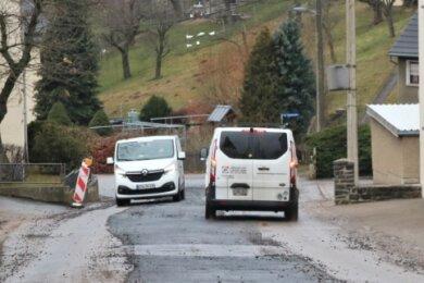 Die Ortsdurchfahrt von Leubsdorf ist derzeit wieder frei. Die bisher hier tätigen Bauarbeiter sind in die Winterpause gegangen, die Fahrbahn wurde provisorisch hergestellt.