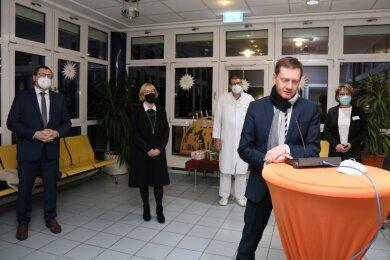 Ministerpräsident Michael Kretschmer am Mikrofon.