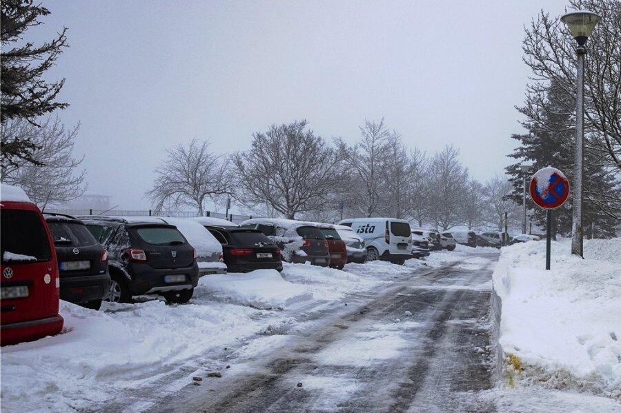 Auf dem Sparingberg in Oberwiesenthal buhlen viele um einen Parkplatz: unter anderem Anwohner, Touristen, der Sportnachwuchs und seine Betreuer, Beschäftigte umliegender Freizeiteinrichtungen.