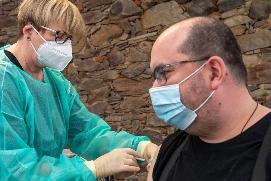 Die Lunzenauer Ärztin Ingrid Dänschel gehörte zu den ersten Hausärzten in Mittelsachsen, die sich an der Impfkampagne beteiligen. Derzeit sind es deutlich weniger als Anfang Juli.
