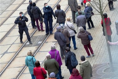 Die Polizei prüfte an der Plauener Bahnhofstraße die Einhaltung der Maskenpflicht und der Abstandsregeln. Verstöße wurden nicht bekannt.