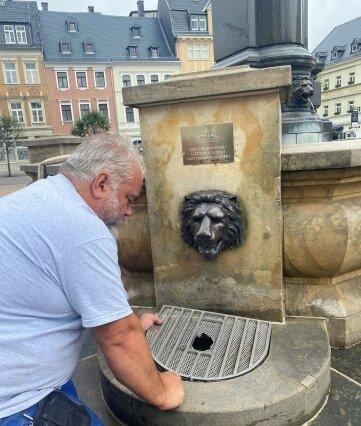 Klempnermeister Thomas Kronstein mit einem beschädigten Sieb am Brunnen auf dem Annaberger Markt. Kronstein ist seit 2005 Inhaber der Annaberger Firma Bernd Skrobanek. In dem Unternehmen hatte er einst selbst gelernt.