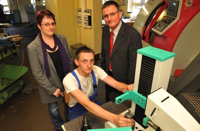 Das Ehepaar Jana und Dieter Kallenberg, hier mit David Limbach, Zerspanungsmechaniker im 3. Lehrjahr, hat die Leitung des Beruflichen Bildungszentrums (BBZ) in Thalheim übernommen.