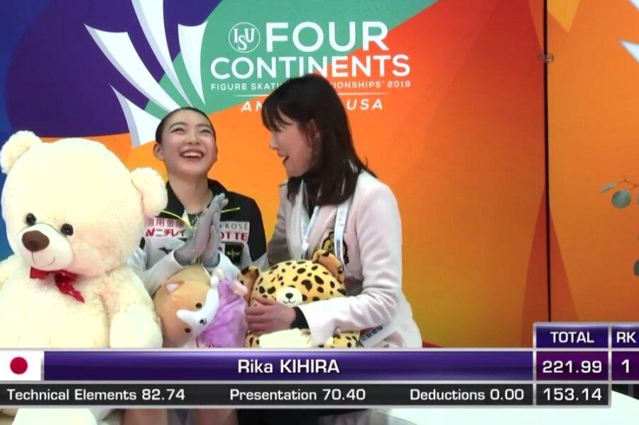 Rika Kihira strahlt, als sie ihre Wertung sieht.