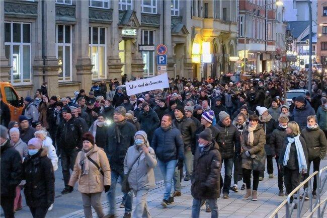 Zwei Stunden dauerte der Marsch durch die Stadt. Wobei es mit der Zeit immer weniger Teilnehmer wurden. Die Polizei ließ den Protest offenbar gewähren.