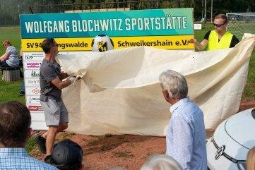 Im Beisein von Sponsoren und Sportbegeisterten enthüllten am Sonntag Andreas Mehnert (li.) und Sebastian Kuhrau die Tafel der Spielstätte, die an Wolfgang Blochwitz, einen großen Fußballer aus Geringswalde, erinnert.