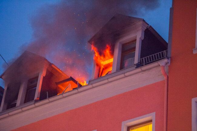 Flammen schlugen am Freitagnachmittag aus mehreren Fenstern eines Wohnhauses an der Wettiner Straße in Aue.