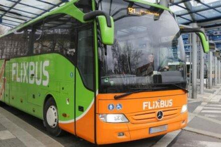 Seit Jahresbeginn fahren Fernbusse bis zu elfmal täglich vom Busbahnhof nach Dresden - nach Leipzig gibt es hingegen keine Verbindung.