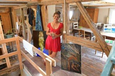 Heide Fennert in ihrem Atelier in Linda. Die Künstlerin malt nicht nur, sie töpfert, schmiedet, sägt und mag vor allem Bilder, wo man sich wegspinnen kann.