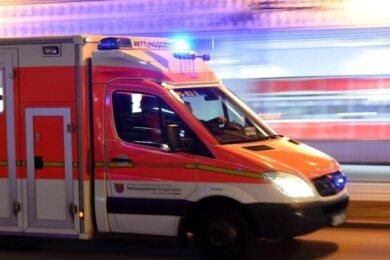Ein 67-jähriger Radfahrer ist am Mittwoch in Oberlungwitz nach einer Berührung mit einem Pkw schwer gestürzt.