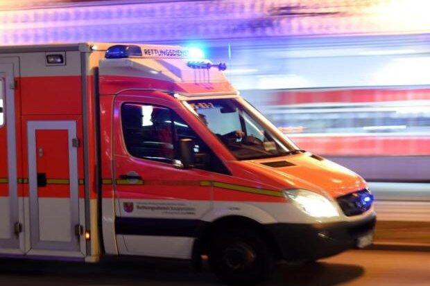 Radfahrer liegt schwer verletzt auf Fußweg