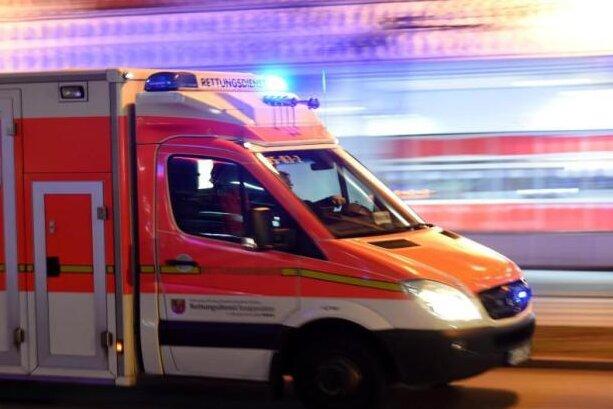 Jugendlicher zwischen zwei Autos eingeklemmt und schwer verletzt