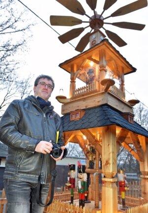 Andreas Herklotz auf Spur der Pyramiden. Nachdem er 2019 vor allem die Exemplare im Erzgebirgskreis aufgestöbert hat, war der Steinbacher zurückliegend im Landkreis Mittelsachsen unterwegs. Darunter dieses Exemplar im Garten von Werner Vogel, einem Flöhaer, welches er vor dem Corona-Lockdown besucht hat.
