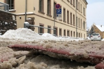 """Vor dem Eingang zur Grundschule in Hainichen ist die Fahrbahnschwelle, auch """"Berliner Kissen"""" genannt, aufgerissen."""