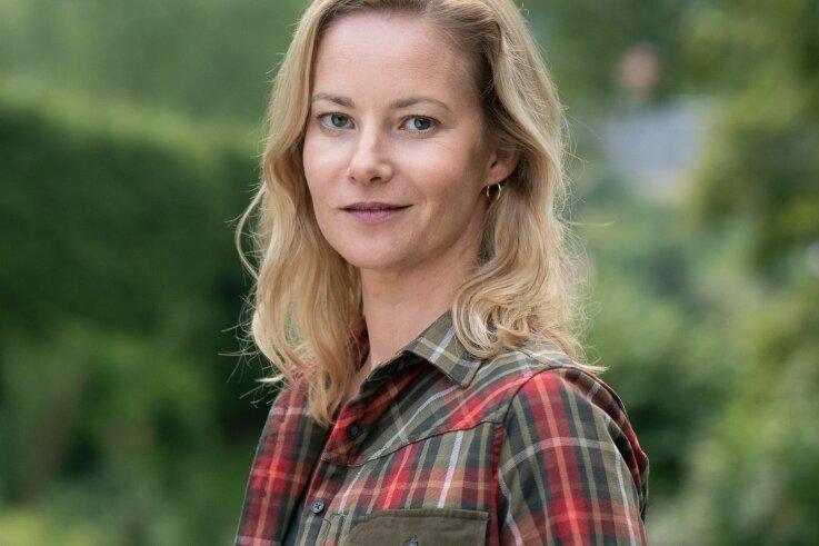 """Teresa Weißbach ist im Erzgebirge aufgewachsen und spielt im neuen Erzgebirgskrimi """"Sterben statt erben"""", der im Auer Ortsteil Alberoda und Umgebung gedreht wurde, die Försterin Saskia Bergelt. Die Erzgebirger lieben die Krimireihe aus ihrer Heimat. Nur bemängeln sie, dass eher Chemnitzer Dialekt statt Erzgebirgisch gesprochen werde."""