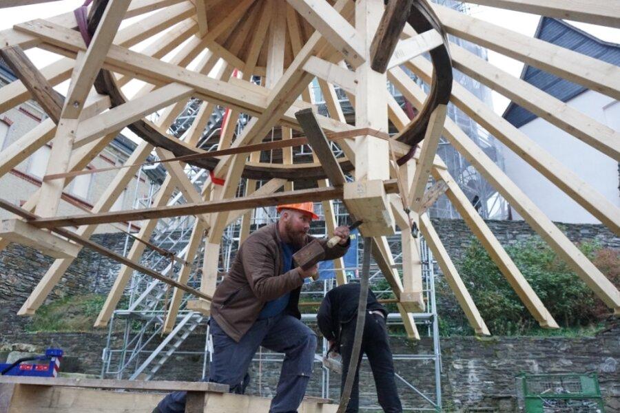 Die Konstruktion der Dachhaube schwebt wieder auf den Bergfried