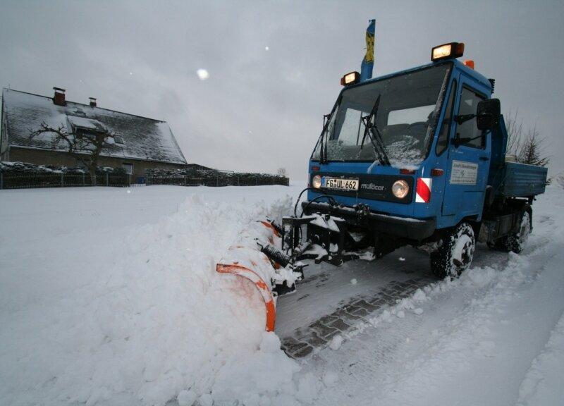 """<p class=""""artikelinhalt"""">Udo Lesch von der Firma Leschs Dienstleistungen aus Grünberg hatte den ganzen Tag damit zu tun, die Straßen von den Schneemassen zu beräumen. </p>"""