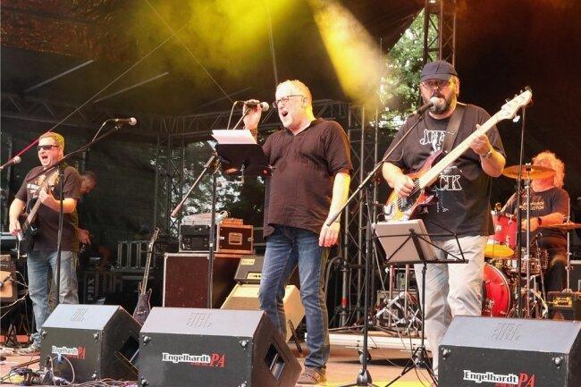Die Hannes Ebert Combo aus Falkenstein, die mit Rock und Blues den Besuchern des Parkfestes 2019 ordentlich einheizte, spielt diesen Samstag, 20 Uhr in der Freizeitanlage am Kreisel in Lengenfeld auf.