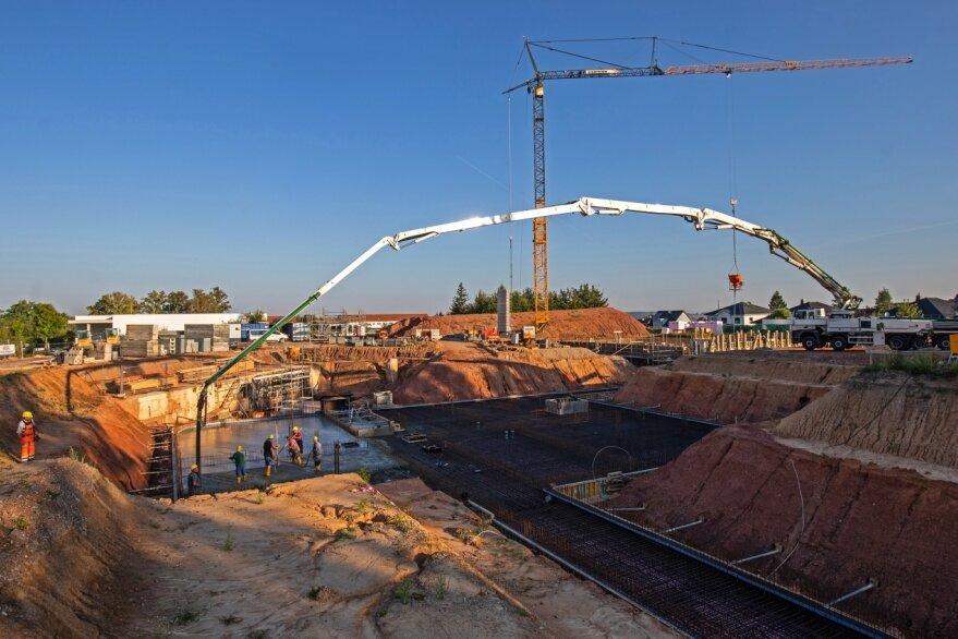 Beton fließt auf die Baustelle