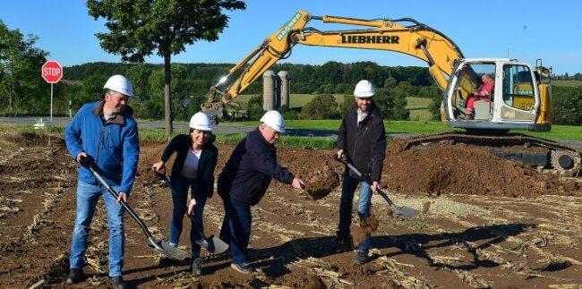 Von links: Projektplaner Stefan Sekul, Geschäftsführerin Mandy Bojack (beide Sabowind), Frankenbergs Bürgermeister Thomas Firmenich und Florian Aurich, verantwortlich für Tiefbau und Wirtschaftsförderung der Stadt, beim Spatenstich für den zweiten Solarpark in Dittersbach.