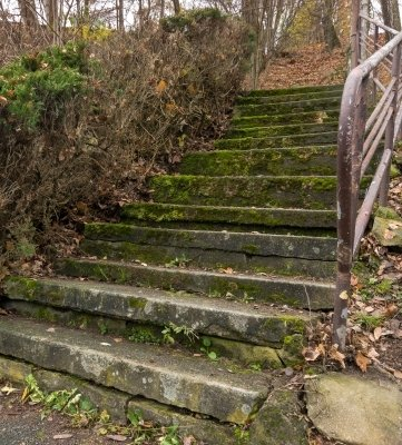 Die maroden Treppen werden durch Wege ersetzt.