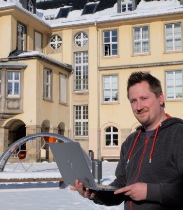 Jakob Jonscher, Schulleiter der Evangelischen Oberschule Burkhardtsdorf, hat mitten im Lockdown zu einem Tag der offenen Tür an seine Schule eingeladen. Die Traditionsveranstaltung fand digital statt.