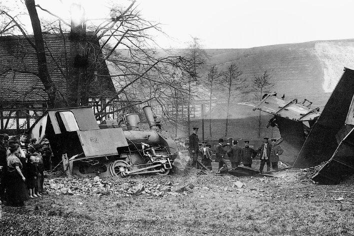 Am 17. Mai 1909 verunglückte in der Nähe des Bauerngutes Teichert in Pöhlau dieser Zug der Kohlenbahn.