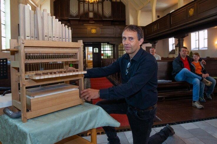 Kantor Guido Schmiedel erklärte in der Glauchauer Lutherkirche an Hand eines Modells die Funktionsweise der Jehmlich-Orgel.