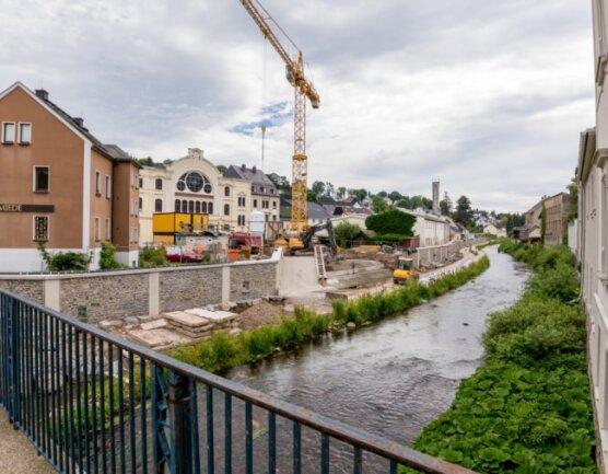 Kurz vor dem Abschluss befinden sich die Arbeiten zwischen Markt- und Kegelbrücke auf der Uferseite im BereichTivoli, wo Schutzwände errichtet werden. Auf der Gegenseite steht der Baubeginn unmittelbar bevor.