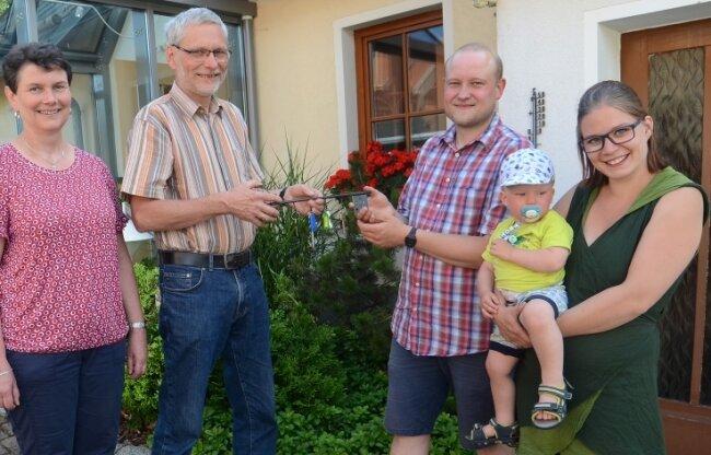 Martin und Marie-Luise Rißmann mit Sohn Benjamin sind die neuen Haus-herren im Kottengrüner Heim. Sie übernehmen die Aufgabe von Andreas und Ute Rogler (links).