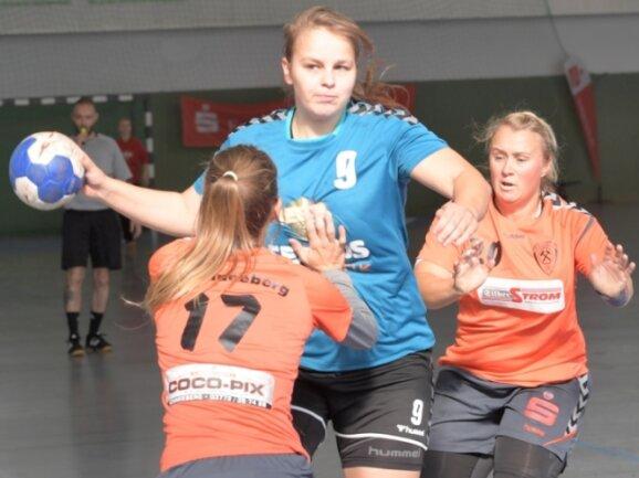 Die Zwönitzerin Laura Kaulfuß versucht sich gegen die Schneebergerinnen Lisa Graupner (links) und Romy Kolbe durchzusetzen. Die Gastgeberinnen verloren diese Partie nach Pausenführung noch mit 18:22.