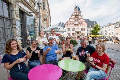 """Hier schlägt das Herz der Gastronomie. Am Plauener Altmarkt reihen sich """"Frozen Yoghurt"""" (im Bild), """"Heidis Hütte"""", """"Jannys Eis"""", """"Heinrichs"""", """"Café Albert"""" und """"Zweibar"""", angrenzend laden """"Kaffeehaus Müller"""", """"Handelshaus"""", """"Goldener Löwe"""" oder """"Matsch"""" ein. Es gibt Griechen, Italiener, Asia-Küche und vieles mehr."""