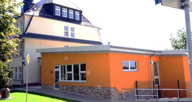 Die Grundschule Bernsbach ist mit 304 Erst- bis Viertklässlern im Erzgebirge die größte Grundschule in kommunaler Trägerschaft. Das Haus wurde saniert, mit einem Anbau versehen.