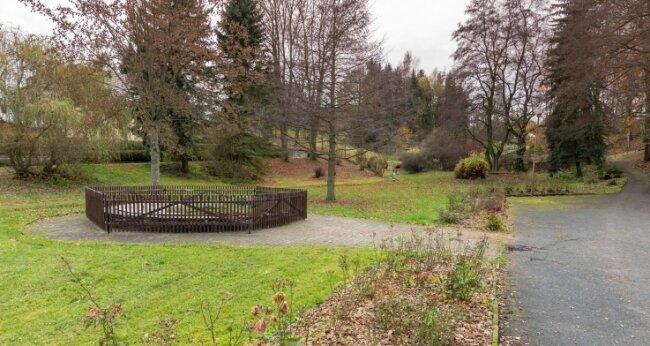 Der aktuell abgedeckte und umzäunte Springbrunnen im unteren Teil des Parks wird ebenfalls erneuert.