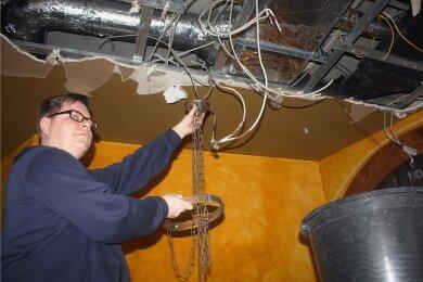 Lokalchef Philipp Dillner schaut sich den an der Decke entstandenen Wasserschaden im Restaurant Wenzel Prager Bierstuben an.