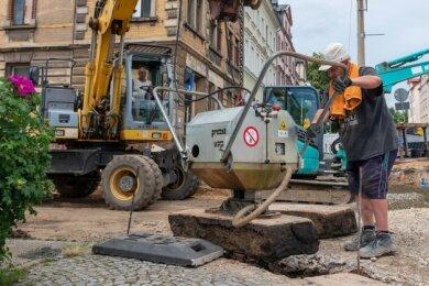 Arbeiter erneuern in der Wiesenstraße, Ecke Bahnhofstraße zurzeit einen Kanal. Stadt und ZWA investieren in dem Bereich inklusive des Straßenbaus annähernd 190.000 Euro.