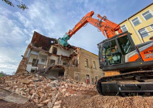 """Vergangene Woche begann das Lengenfelder Unternehmen Dotzauer mit dem Abriss des Gebäudes, an dem noch die Inschrift """"Vulkanisierwerkstatt Otto Wunderlich"""" zu lesen war."""