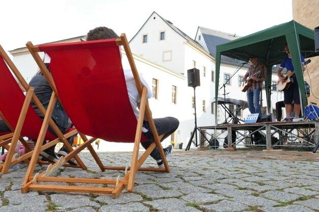 """Auch bei der Band Norris, einem """"vertonten Herrengedeck"""" aus Leipzig, waren die Liegestühle im Zschopauer Schlosshof gut gefüllt."""