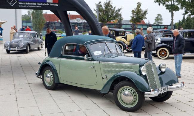 Die diesjährige Schwanenklassik startete Sonntagfrüh vom Campus der Westsächsischen Hochschule Zwickau. Die Jubiläumsausfahrt führte die Oldtimer nach Chemnitz.