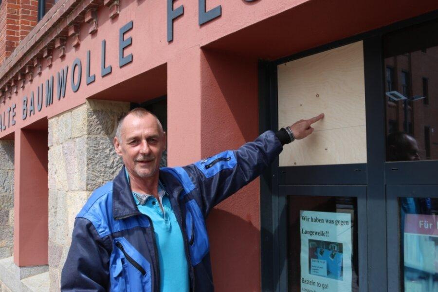 Am Wasserbau der Alten Baumwolle in Flöha waren im Mai 2020 zwei Scheiben eingeworfen worden. Der Objektverantwortliche Jonny Schieblich zeigt die Einschlagstelle.