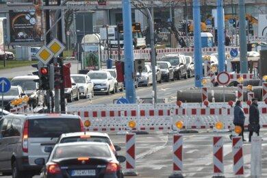Die Sanierung des Gleisdreiecks an der Kreuzung Bahnhofstraße/Brückenstraße/Augustusburger Straße gehört in diesem Jahr zu den aufwendigsten Baumaßnahmen der Kommune. Stadträte fordern, dass Baustellen künftig besser aufeinander abgestimmt werden.