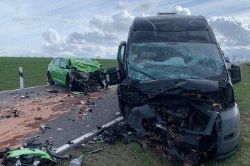 Völlig zerstört worden sind diese Autos bei einem Unfall auf der B 173. Eine Frau und zwei Männer wurden schwer verletzt.