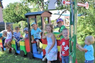 """Dank der Initiative und mithilfe von Eltern rattert an der Braunsdorfer Kita """"Rappelkiste"""" eine neue Gartenbahn durchs Grün."""